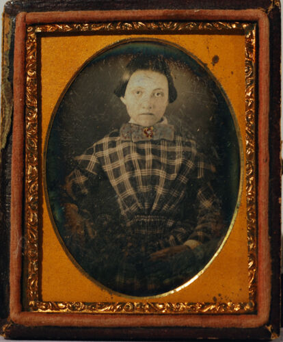 DAGUERREOTYPE EXTREMELY SHARP YOUNG GIRL W/ HAND COLORED BROOCH