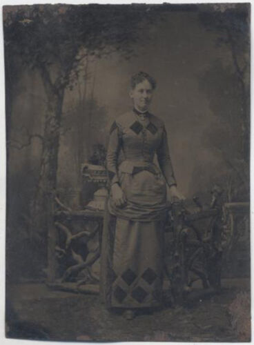 UNMOUNTED TINTYPE, CROSS EYED WOMAN IN DIAMOND PATTERNED DRESS, PAINTED BACKDROP