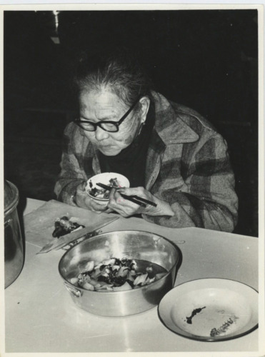 Chine, Une femme eating fish  Silver Print.  Tirage argentique  15x20  Cir