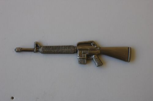 US USA M-16 Automatic Rifle Gun Weapon Large Military Hat Lapel PinOther Militaria - 135