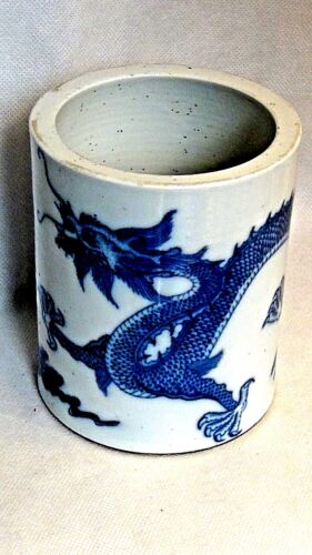 ANTIQUE 18c-19c CHINESE B&W PORCELAIN 5-CLAWED DRAGON BRUSH POT KANGXI MARK