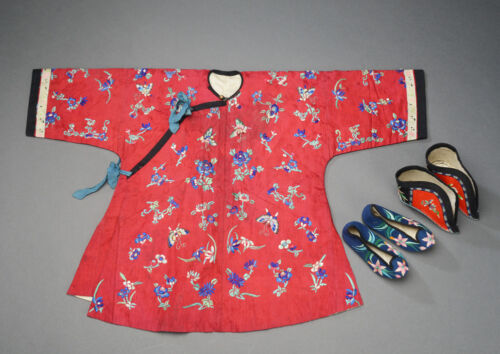 ANTIQUES CHINESE EMBOIDERED SILK ROBE AND SHOES CHINA QING DYNASTY EMBROIDERY