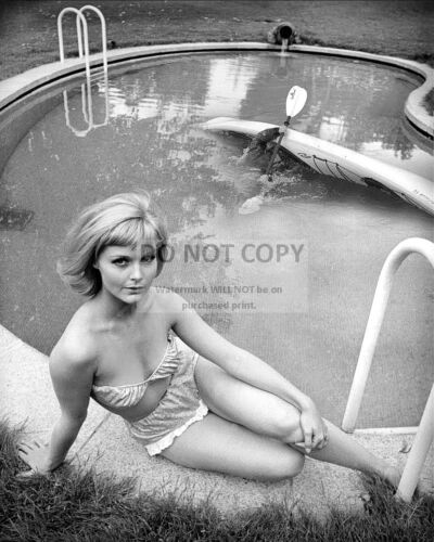 "CAROL LYNLEY IN THE FILM ""THE SHUTTERED ROOM"" - 8X10 PUBLICITY PHOTO (AB988)"