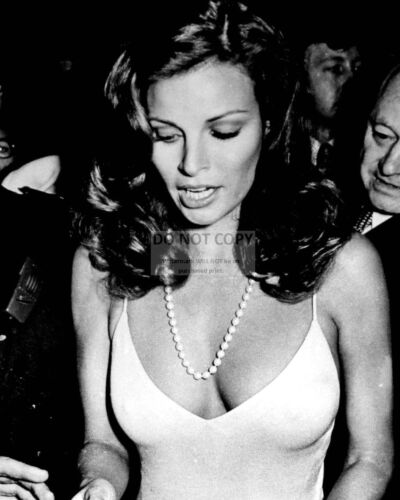 RAQUEL WELCH ACTRESS AND SEX-SYMBOL - 8X10 PUBLICITY PHOTO (YW005)