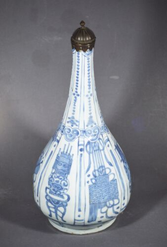 A QUALITY & RARE MING DYNASTY WANLI KRAAK PORCELAIN BLUE AND WHITE VASE