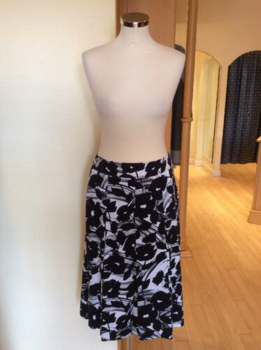 Gerry Weber Skirt Size 10 BNWT Navy , Winter White Floral Pleat RRP £85 NOW £26
