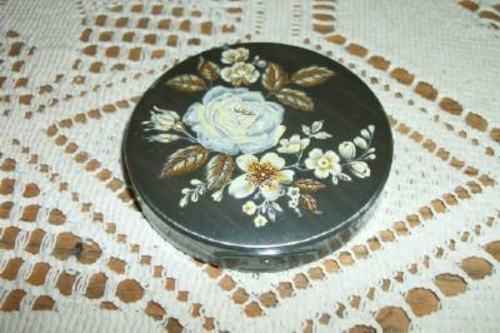 RARE TIN VINTAGE CHIC LADIES POWDER COMPACT FLORAL ROSES SHABBY COLLECTIBLE
