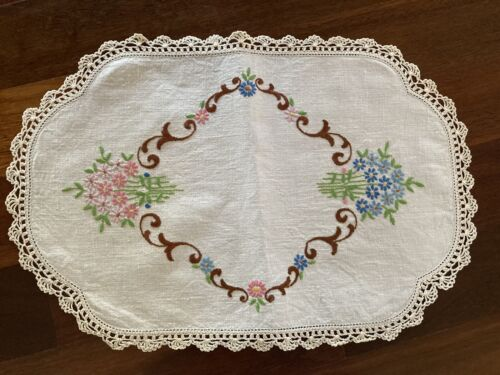 Beautiful Vintage Linen Embroidered Pink Blue Daisies Lacy Centrepiece Doily Exc