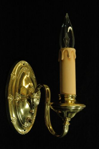 VINTAGE 1920'S COLONIAL REVIVAL BRASS EMBOSSED SCONCE