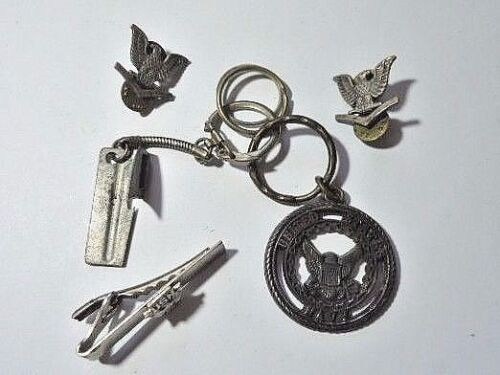 LOT OF 4  US NAVY MILITARY PINS, KEY CHAIN, TIE CLIP + BONUS VINTAGE P-38 OPENEROther Militaria (Date Unknown) - 66534