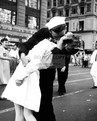 SOLDIER CELEBRATES END OF WWII KISSING GIRL IN TIMES SQUARE  8X10 PHOTO (AA-534)United States - 156437