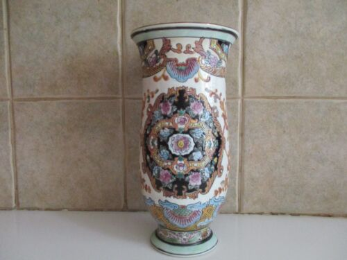 """VINTAGE EXQUISITALLY ORNATE HANDPAINTED 8 3/8"""" TALL YINGCAI CHINESE VASE"""
