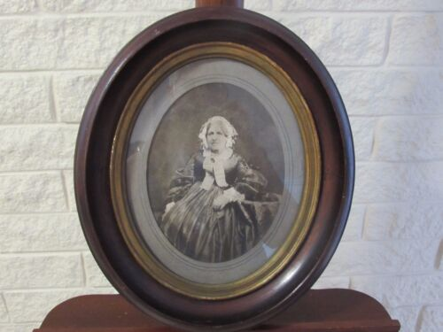 Antique Victorian Oval Walnut Picture Frame w/Gold Painted Liner & Old Photo