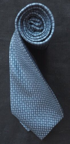 DKNY WOVEN SILK TIE IN BLUE WITH LIGHT BLUE OVALS & RECTANGLES PATTERN NM-COND