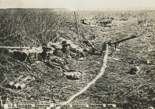 OLD PHOTO WWI US ARMY IN FRANCE Us Soldiers With Captured German Machine Gun