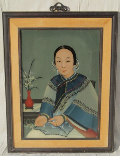 ANTIQUE CHINESE REVERSE PAINTED GLASS PORTRAIT OF A WOMAN IN FINE ATTIRE