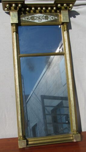 19TH CENTURY FEDERAL EGLOMISE TABERNACLE MIRROR WITH LEMON WASHED GILT FRAME