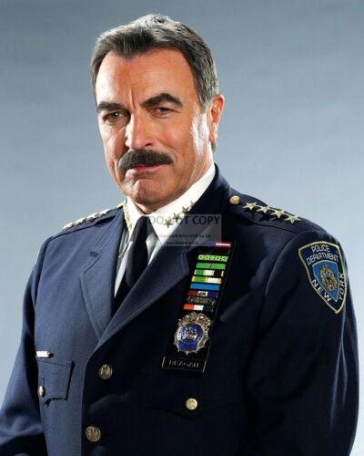 """TOM SELLECK IN THE CBS TV SERIES """"BLUE BLOODS"""" - 8X10 PUBLICITY PHOTO (FB-803)"""