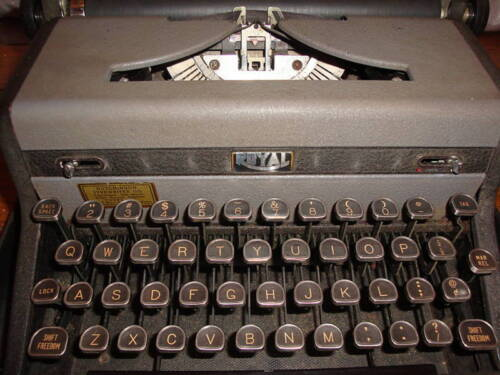 ANTIQUE 1940'S ROYAL QUIET DELUXE TYPEWRITER WITH CASE