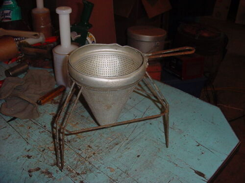 VINTAGE TIN METAL ALUMINUM TUB POT STRAINER GARDEN YARD ART PLANTER
