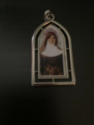 SAINT MARY MCKILLOP COMMEMORATIVE RELIGIOUS PENDANT SHAPED LIKE AN ARCHWAY
