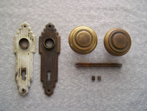 ANTIQUE VINTAGE SET ART DECO 2 BRASS DOOR KNOBS & 2 BRASS BACKPLATES