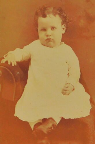 "ANTIQUE 1880's CABINET  PHOTOGRAPH - EARLVILLE IL. CHILD POSING - 2.5"" X 4"""