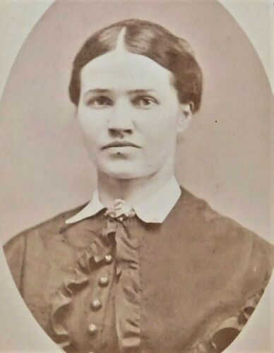 VINTAGE 1870'S CABINET PHOTOGRAPH - UNIDENTIFIED WOMAN POSING