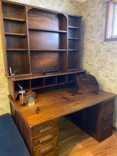 Beautiful English Oak antique desk in very good condition.