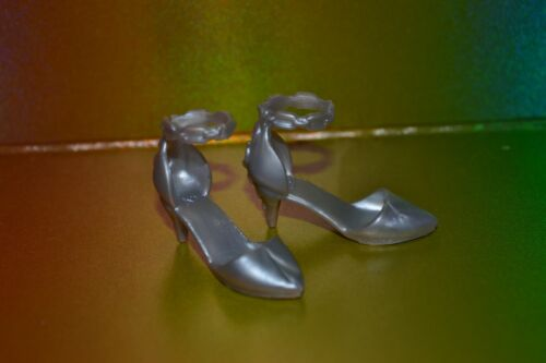BRAND NEW BARBIE DOLL SHOES NEVER PLAYED WITH #TB66 SILVER KITTEN HEELS