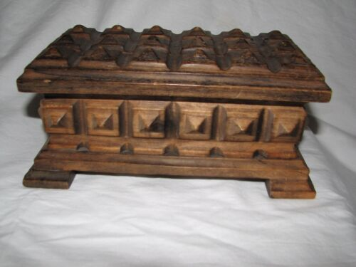 small VINTAGE HAND-CARVED HINGED WOODEN jewelry BOX with feet square pattern