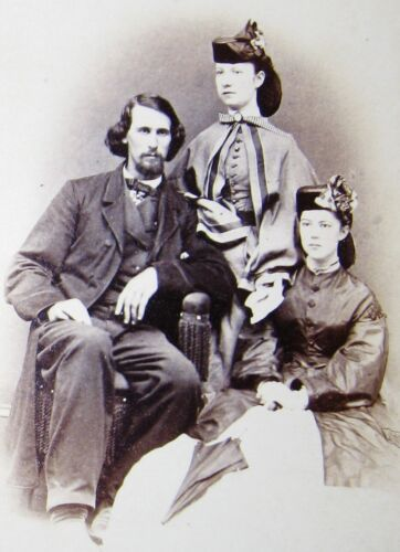 ANTIQUE CW ERA CDV PHOTO EUGENE PERRY WITH 2 LOVELY YOUNG FASHIONISTAS AUBURN NY