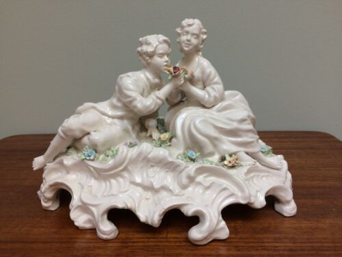 CAPODIMONTE Blanc Chien Couple Figure Gruop Figurine Colored Applied Flowers