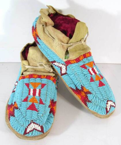 1920s PAIR OF NATIVE AMERICAN CHEYENNE INDIAN BEAD DECORATED HIDE MOCCASINS
