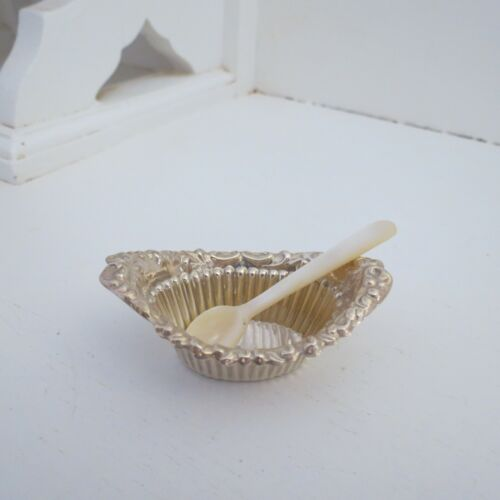 Sterling silver open salt dish/cellar with mother of pearl spoon HM 1907