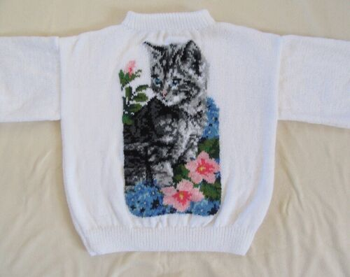 Pull femme création  chat fleuri . Tricot fait main neuf. Taille L.