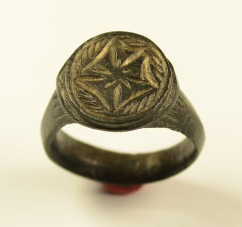 GENUINE ROMAN BRONZE FINGER RING WITH DECORATED BEZEL & FINE PATINA - WEARABLE