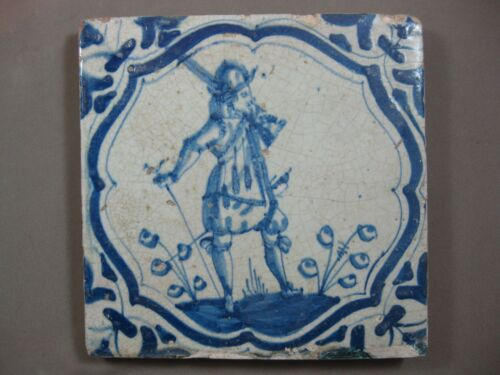 Antique Dutch Delft tile Soldier musketeer Akkoladenrahmung 17th free shipping