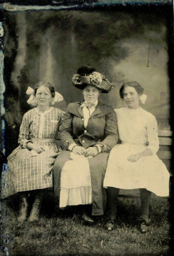 ANTIQUE TINTYPE PHOTO PORTRAIT OF MOTHER WITH TWO DAUGHTERS