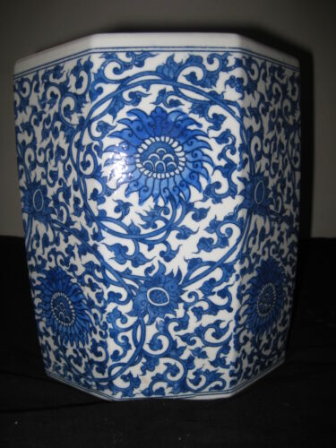 ANTIQUE CHINESE BRUSH POT PORCELAIN OCTAGON BLUE AND WHITE, 19TH CENTURY, NR.