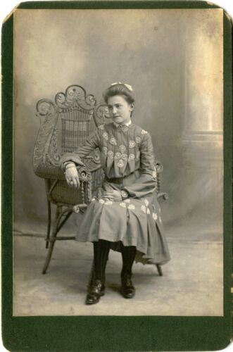 ANTIQUE CABINET PHOTO OF A BEAUTIFUL VICTORIAN ERA WOMAN SITTING IN WICKER CHAIR