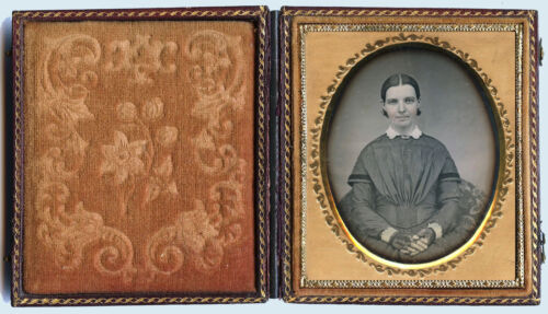 1/6 PLATE DAGUERREOTYPE PORTRAIT OF A YOUNG WOMAN