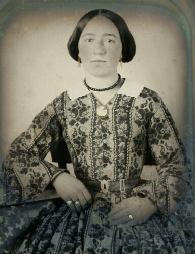 1/6 PLATE AMBROTYPE  PHOTO PORTRAIT OF A YOUNG WOMAN