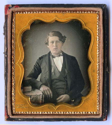 "1/6 PLATE DAGUERREOTYPE PHOTO OF A MAN & ""289 HOLMES BROADWAY"" STAMPED ON MAT"
