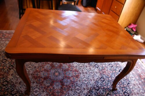 French Antique dinning table (1830 - 1850)  featuring Versailles Marquetry