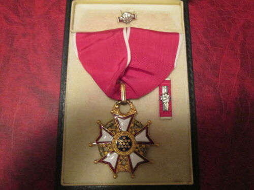 WWII Legion of Merit Commander medal with ribbon bar and lapel pin  in caseOther Militaria - 135