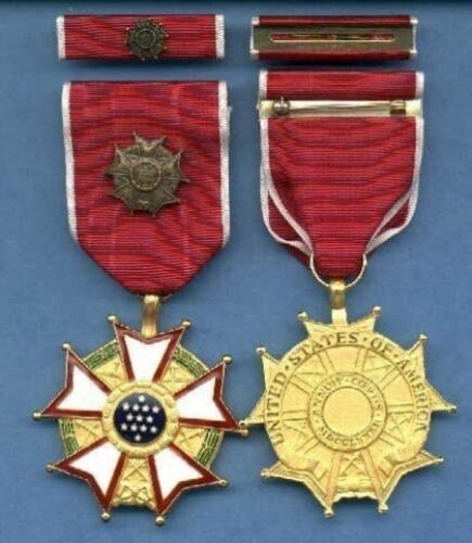 Legion of Merit Officer's rank medal with ribbon bar in case LOMOther Militaria - 135
