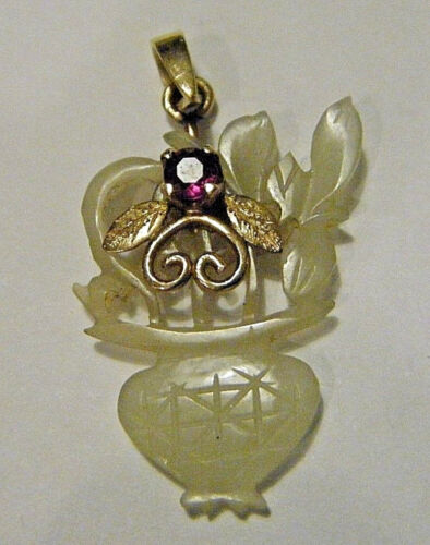 VTG 1920s CHINESE JADE FLOWER VASE PENDANT WITH 14K GOLD AND RUBY BEE ACCENT