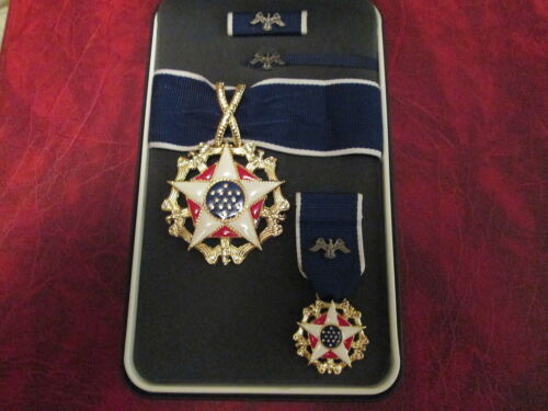 US Presidential Medal of Freedom Award medal in case with mini, rb, lapel pinOther Militaria - 135
