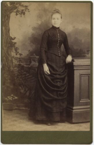 YOUNG LADY IN BEAUTIFUL DRESS BY OLDERSHAW, TRAVELING ARTIST, CABINET CARD